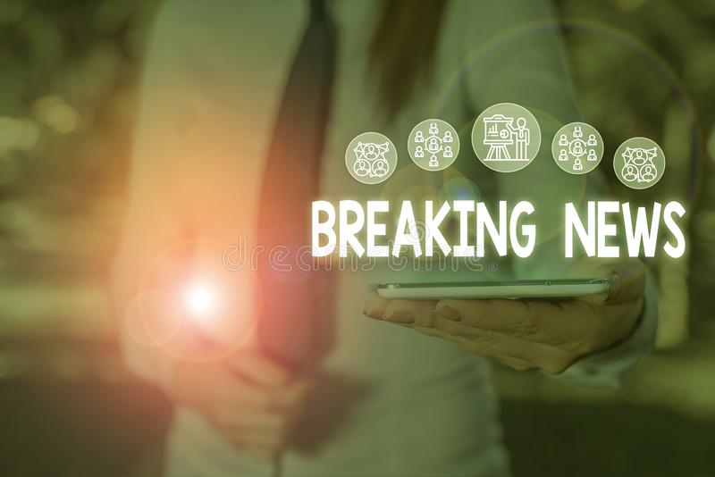Conceptueel handschrift met informatie over Breaking News Zakelijke foto met speciale aankondiging rapport dat momenteel plaatsvi stock afbeelding