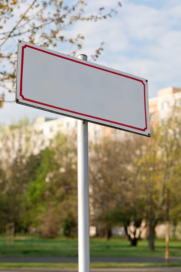 Conceptueel leeg teken met rood tinkader in de stad stock foto