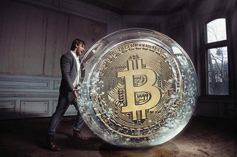 Conceptueel portret van een knappe zakenman die een bitcoin dragen stock fotografie