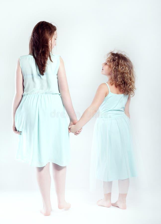 Conceptuele foto van jonge zusters stock foto's