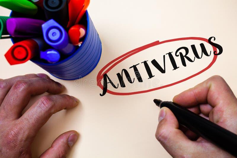 Conceptuele hand die tonend Antivirus schrijven Van de de Verzekerde bewaringsbarrière van de bedrijfsfototekst van de de Firewal royalty-vrije stock foto's