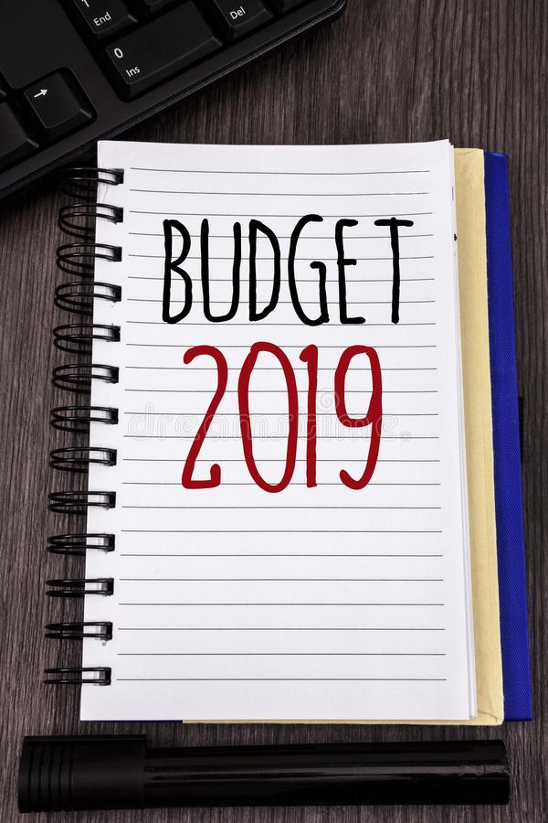 Conceptuele hand die tonend Begroting 2019 schrijven Bedrijfsfoto's die Nieuwe jaarraming van inkomens en uitgaven Financieel Pla stock afbeelding