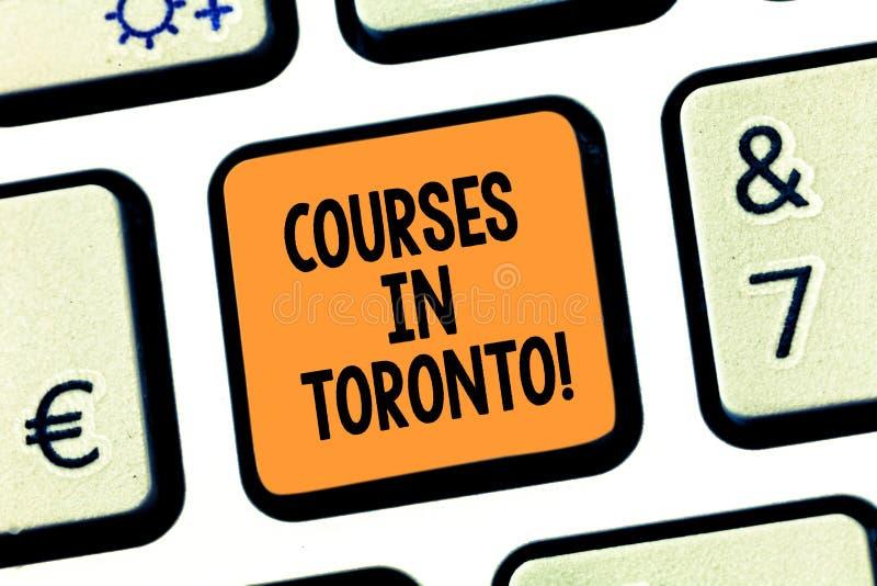 Conceptuele hand die tonend Cursussen in Toronto schrijven De richting of de routes van de bedrijfsfototekst tussen dichtbijgeleg royalty-vrije stock afbeelding