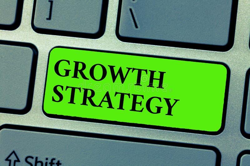Conceptuele hand die tonend de Groeistrategie schrijven De Strategie van de bedrijfsdiefototekst op het winnen van groter marktaa royalty-vrije stock afbeeldingen