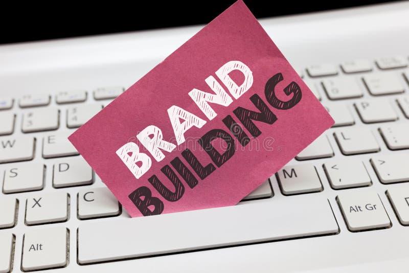 Conceptuele hand die tonend de Merkbouw schrijven Bedrijfsfoto die Producerend voorlichting die en bedrijf vestigen bevorderen de royalty-vrije stock foto