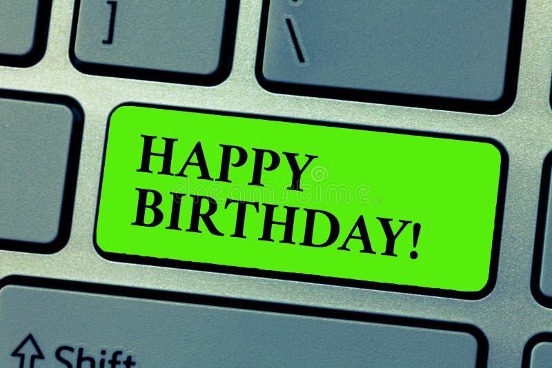 Conceptuele hand die tonend Gelukkige Verjaardag schrijven De bedrijfsfototekst de geboorteverjaardag van een persoon wordt gevie royalty-vrije stock afbeelding
