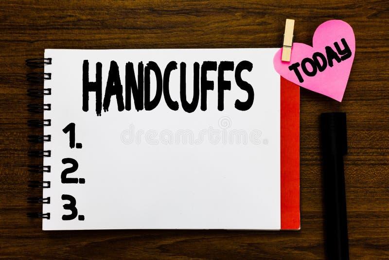 Conceptuele hand die tonend Handcuffs schrijven Het Paar van de bedrijfsfototekst afsluitbare verbonden metaalringen voor het bev royalty-vrije stock fotografie