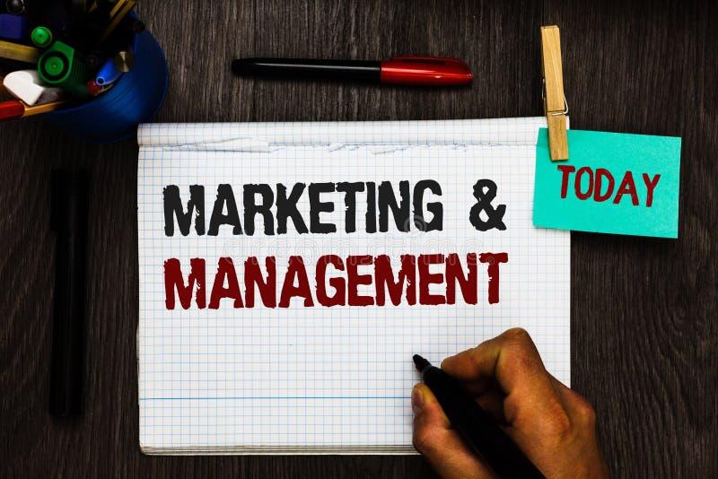 Conceptuele hand die tonend Marketing en Beheer schrijven Het proces van de bedrijfsfototekst om strategieën voor product Registe stock illustratie