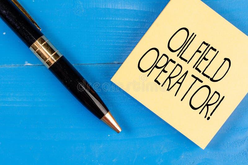 Conceptuele hand die tonend Olieveldexploitant schrijven Bedrijfsfototekst verantwoordelijk voor het optimaliseren van productie  stock afbeeldingen