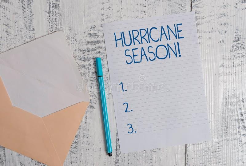 Conceptuele hand die tonend Orkaanseizoen schrijft Bedrijfsfoto demonstratietijd wanneer de meeste tropische cyclonen zijn stock afbeelding