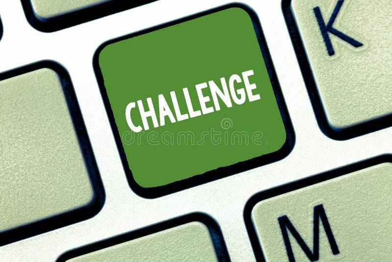 Conceptuele hand die tonend Uitdaging schrijven De vraag van de bedrijfsfototekst aan iemand om aan concurrerende situatie deel t royalty-vrije illustratie