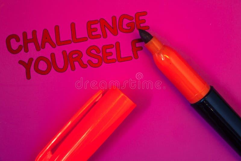 Conceptuele hand die tonend Uitdaging zelf schrijven Sterke de Aanmoedigingsverbetering van het bedrijfsfoto durft de tekst Overw royalty-vrije stock afbeeldingen