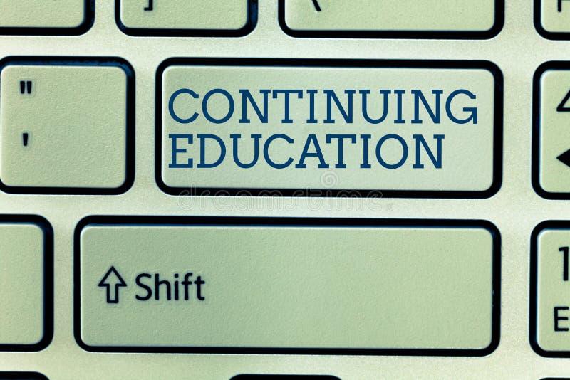 Conceptuele hand die tonend Voortgezet onderwijs schrijven Bedrijfsfoto demonstratie Voortdurend lerend Activiteit stock afbeelding