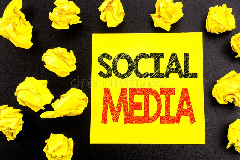 Conceptuele hand het schrijven tekst die Sociale Media tonen Bedrijfsconcept voor Mondiaal die Internet-Net op kleverig notadocum royalty-vrije stock fotografie