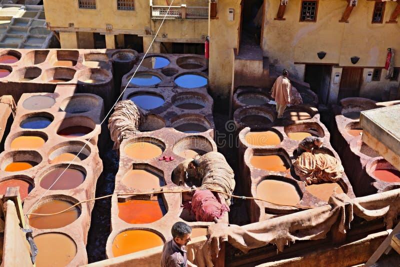 Concerie di vecchi carri armati di Fes con la pittura di colore per cuoio Il Marocco Africa Orientale, immaginazione fotografia stock