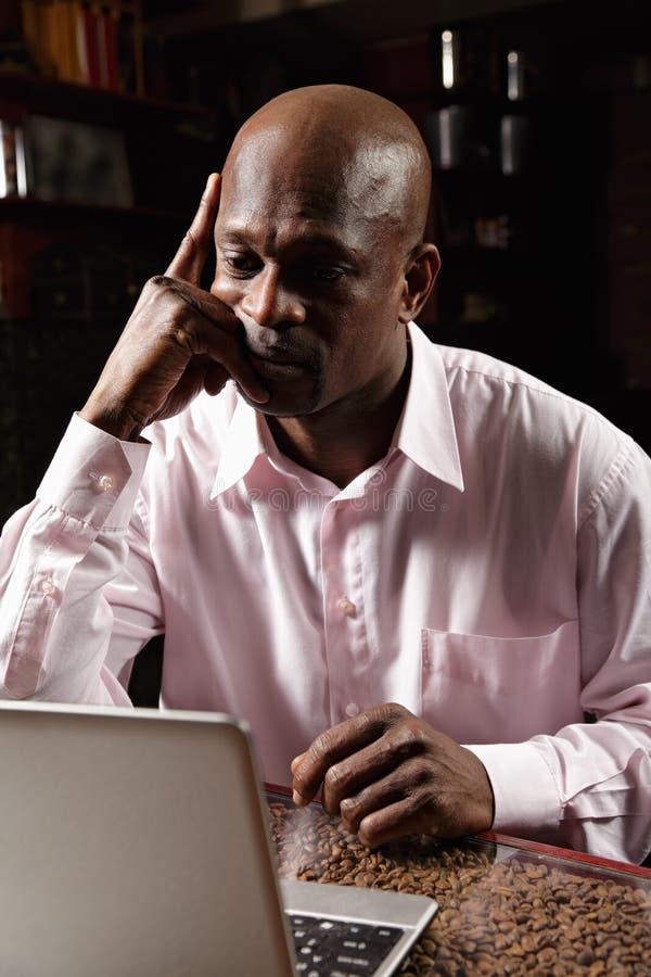 Concerned африканский человек стоковое изображение