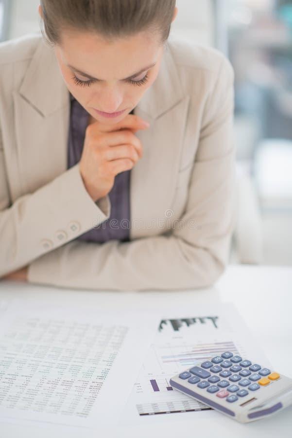 Concerned бизнес-леди работая с документами стоковые изображения