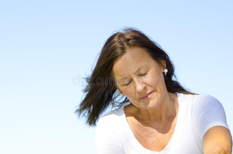 Concerned и подавленная возмужалая женщина III стоковая фотография rf