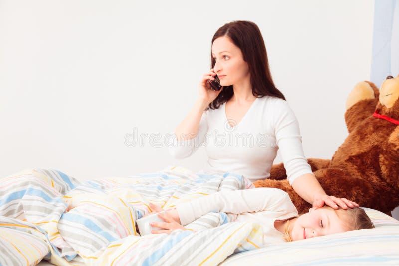 Concerned мать говоря на телефоне стоковые фотографии rf