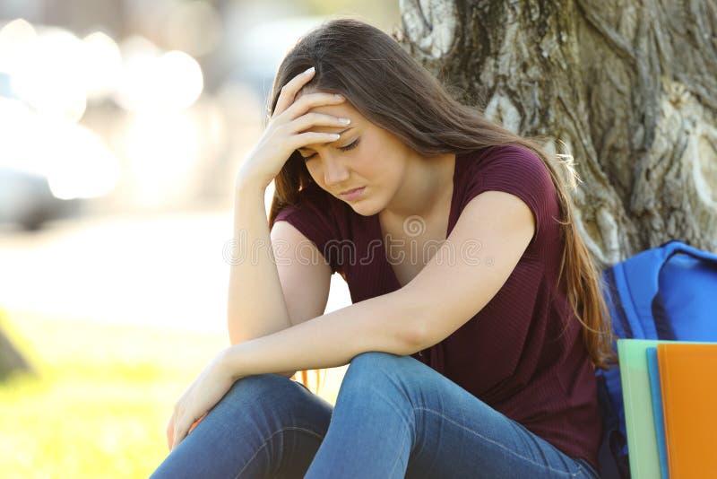 Concerned студент сетуя outdoors стоковые фото