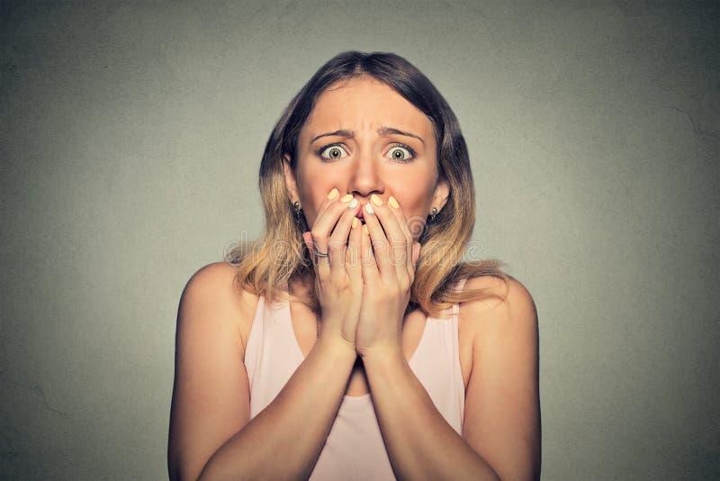 Concerned ha spaventato la donna fotografia stock