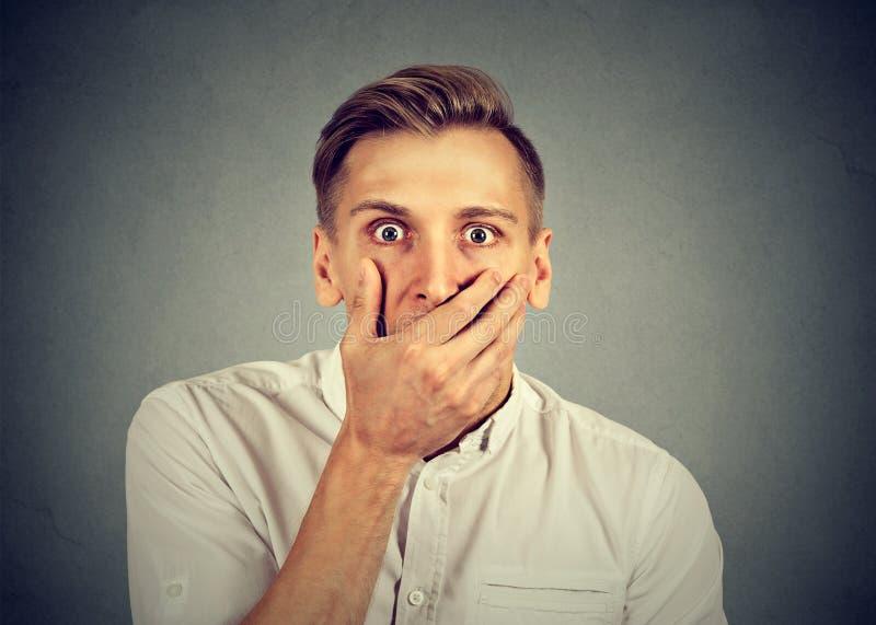Concerned skrämde den chockade bedövade mannen arkivfoton