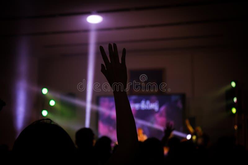 Concert chrétien de musique avec la main augmentée photos stock