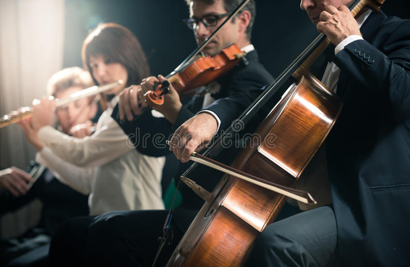 Concert de musique classique : orchestre symphonique sur l'étape images stock