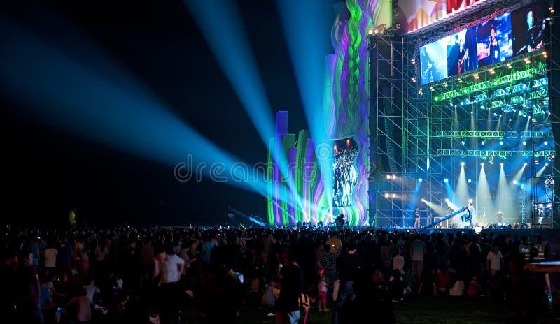Concert de musique en direct avec la foule photographie stock libre de droits