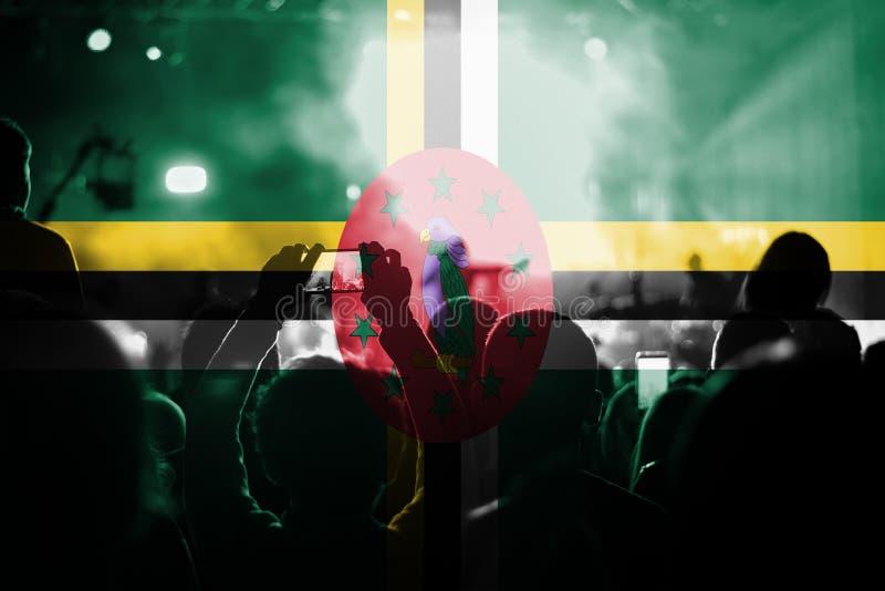 Concert de musique en direct avec mélanger le drapeau de la Dominique sur des fans illustration de vecteur