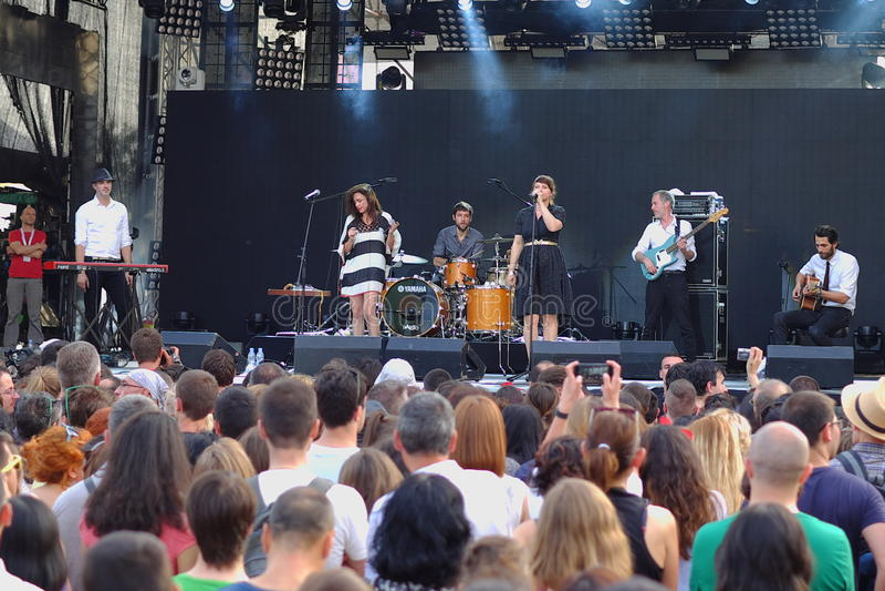 Concert de nouvelle française populal Vaguesinger de projet sur le festival de Francofolies dans Blagoevgrad, Bulgarie 18 06 2016 photo libre de droits