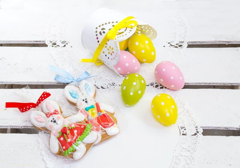 Concert de Pâques Lapin et oeufs de Pâques de biscuit en pois photos stock