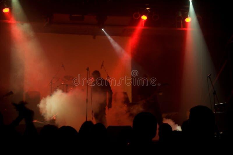 Concert de rock, musiciens non identifiables brouillés photo stock