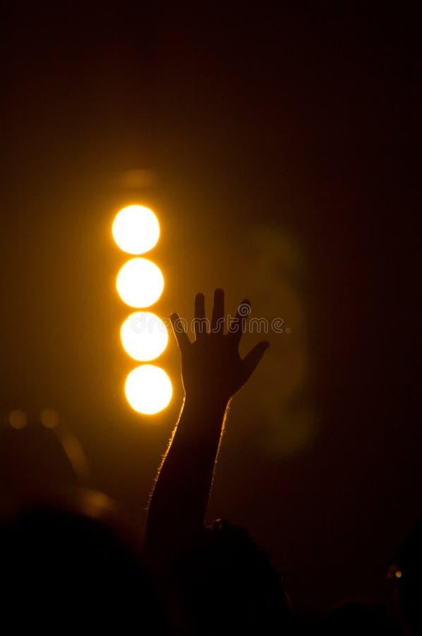 Concert musical - chrétien - avec adorer élevé de mains photographie stock libre de droits