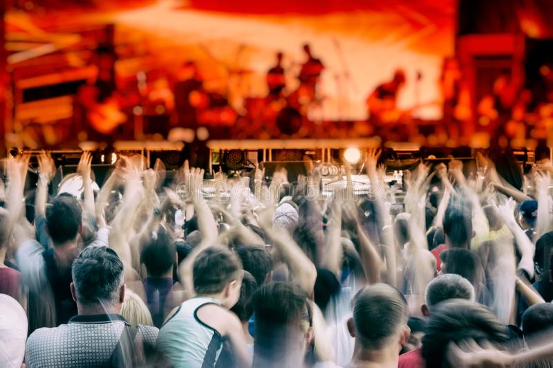 Concert vivant de musique de groupe de rock le soir en plein air photographie stock