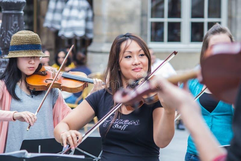 Concertmaster en violisten van Co van Le Marais Performers op zijn plaats stock afbeeldingen