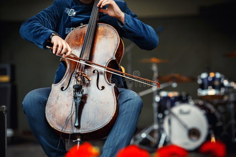Concerto da sinfonia, um homem que joga o violoncelo foto de stock