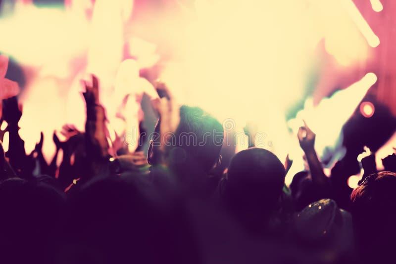 Concerto, partido de disco Povos com mãos acima no clube noturno fotos de stock