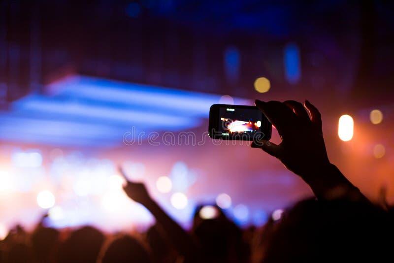 Concerto rock con lo smartphone fotografia stock libera da diritti