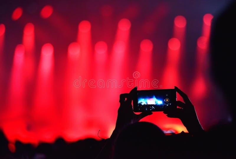 Concerto in tensione della registrazione della folla con Iphones immagini stock libere da diritti