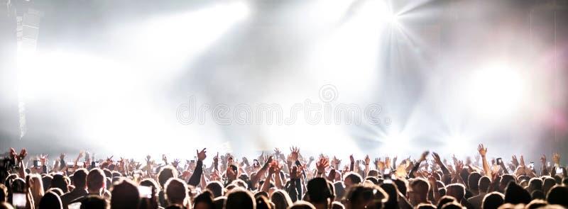 Concerto vivo com levantar as mãos