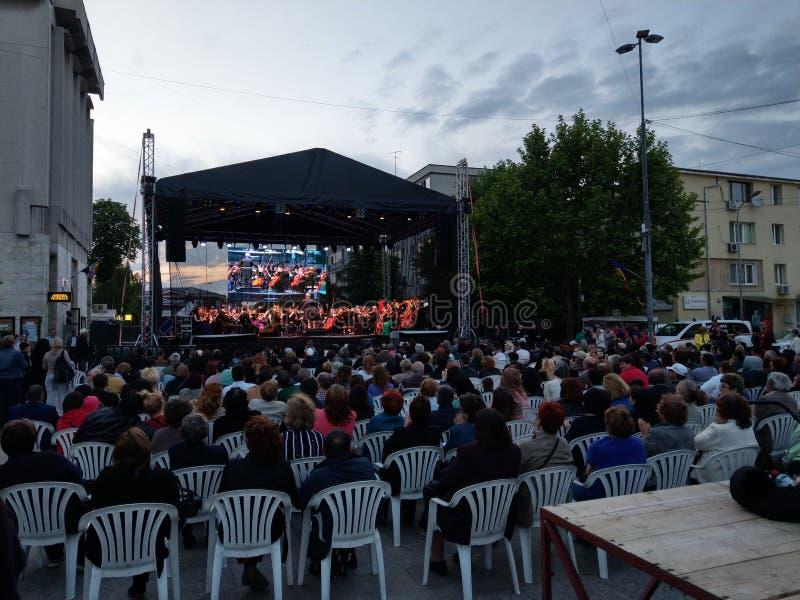 Concerto vivo da ópera, Pitesti do centro, Romênia - em maio de 2018 imagem de stock
