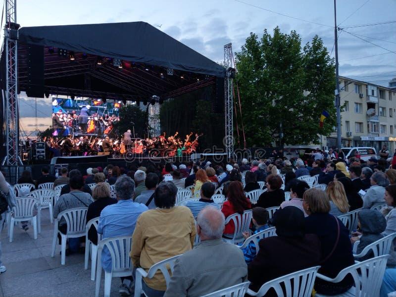 Concerto vivo da ópera, Pitesti do centro, Romênia - em maio de 2018 fotos de stock