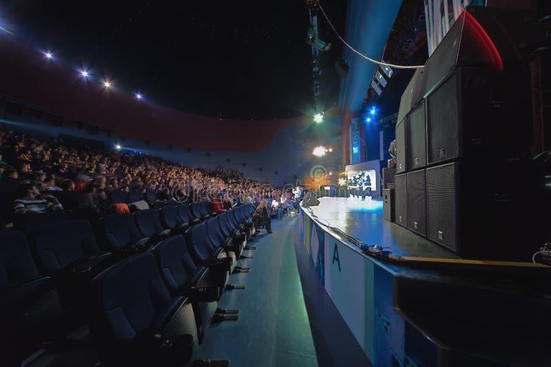 Concertzaal met mensen stock foto