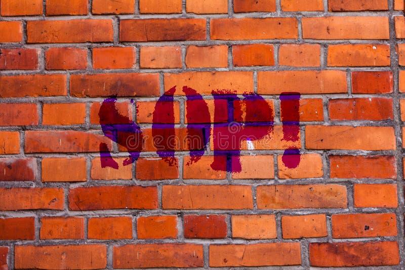 Concessão da exibição do sinal do texto Arte conceptual da parede de tijolo das instruções das regras do procedimento de funciona imagens de stock royalty free