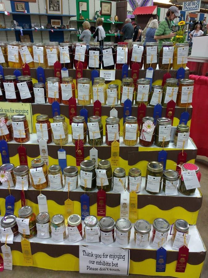 Concessão que ganha os bens enlatados, frutas e legumes, na exposição em uma feira de condado popular, Pensilvânia, EUA imagem de stock royalty free
