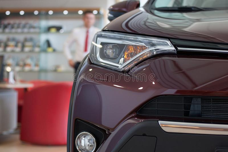 Concessionário automóvel Carros novos na sala de exposições do negociante imagens de stock royalty free
