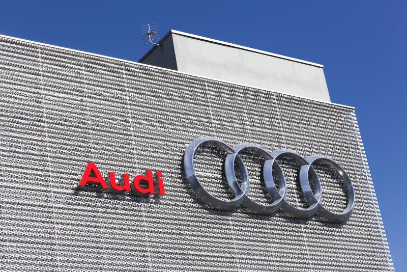 Concessionário automóvel da construção de Audi fotografia de stock