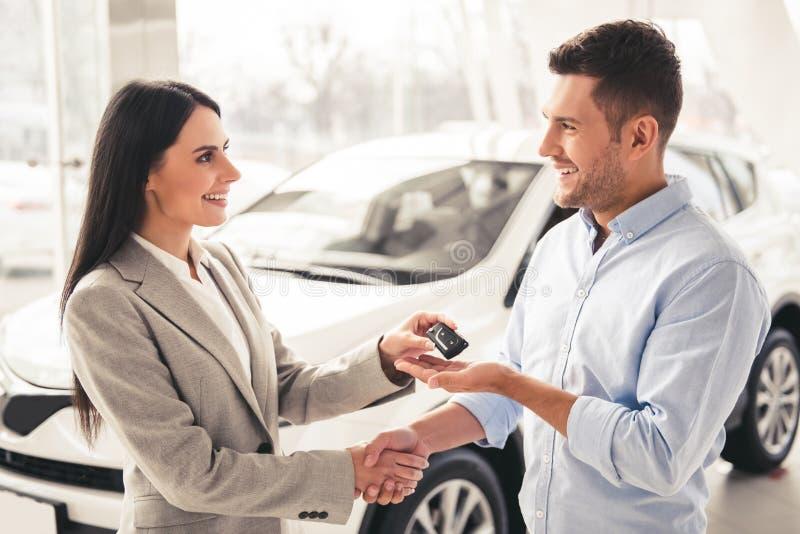 Concessionário automóvel de visita foto de stock royalty free