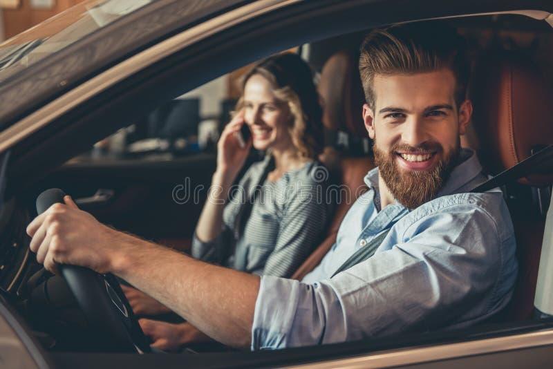 Concessionário automóvel de visita imagem de stock